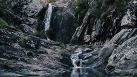 Cedar Creek Falls en el soporte Tamborine almacen de metraje de vídeo