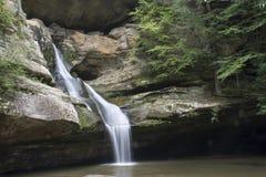 Cedar Falls在Hocking小山状态森林里 免版税库存照片
