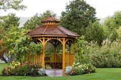 Cedar Gazebo Backyard Garden Park foto de archivo libre de regalías