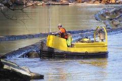 Cedar Log Boomer en Fraser River imagen de archivo