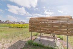 Cedar Pass Campground en el parque nacional de los Badlands - coche que acampa, campistas, rv, tiendas foto de archivo
