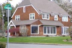 Cedar Shake House Sits hermoso por el lago fotografía de archivo