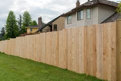 Cedar Wood Fencing a lo largo del patio trasero casero imagen de archivo