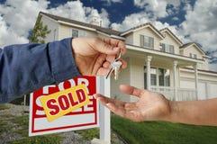 Cedendo as chaves a uma HOME nova Fotografia de Stock Royalty Free