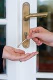 Cedendo a chave da casa Fotografia de Stock Royalty Free