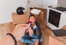 Cedendo a chave de uma casa nova fotos de stock