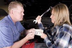 Cedendo o dinheiro Fotografia de Stock Royalty Free