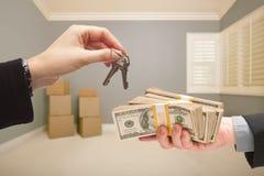 Cedendo o dinheiro para chaves da casa Imagem de Stock Royalty Free