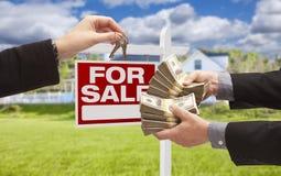 Cedendo o dinheiro para chaves na frente da casa, sinal Imagens de Stock Royalty Free