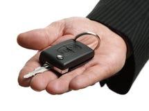 Cedendo uma chave do carro Fotografia de Stock