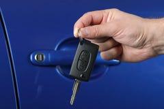 Cedendo uma chave do carro Fotografia de Stock Royalty Free