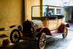 Cedo carro do vintage do século XX que está sendo reparado na casa do oleiro fotos de stock royalty free