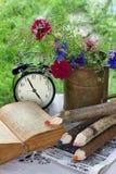 Cedo na manhã na tabela um ramalhete das centáureas do jardim imagem de stock