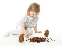 cedr konusuje dziewczyny bawić się mały Zdjęcie Royalty Free
