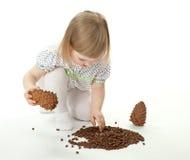 cedr konusuje dziewczyny bawić się mały Fotografia Stock