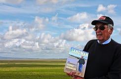 Cedric Robinson MBE, Queenshandbok till sanderna på  Arkivbild