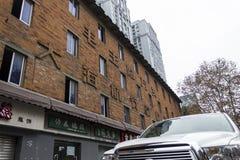 Ceduły od przewodniczącego Mao robić z czerwoną cegłą osadzającą w ścianie stary dom Fotografia Royalty Free