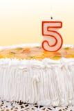 ceebrating五的生日蛋糕 免版税库存照片