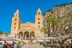 Cefalù Kathedraal op een zonnige de zomerdag Sicilië, zuidelijk Italië royalty-vrije stock fotografie