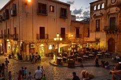 Cefalà ¹, Italië, Sicilië 16 Augustus 2015 Piazza del Duomo in dinertijd Royalty-vrije Stock Foto's