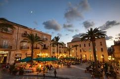 Cefalà ¹, Italië, Sicilië 16 Augustus 2015 Piazza del Duomo in dinertijd Stock Afbeeldingen