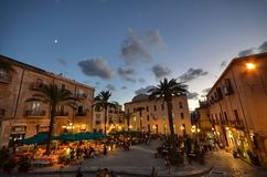 Cefalà ¹, Italië, Sicilië 16 Augustus 2015 Piazza del Duomo in dinertijd Stock Afbeelding