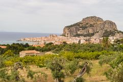 Cefalu、它的大教堂和它的岩石城市的看法 免版税库存照片
