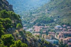 Cefalu与山的镇视图 库存图片