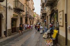 Cefalu, Sicile,欧洲05/06/2018 购物街道的看法在Cef 免版税库存照片
