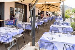 Cefalu, Sicile,欧洲05/06/2018 Cefalu restau的大阳台桌 库存图片