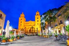 Cefalu, Сицилия, Италия: Взгляд ночи городской площади с собором или базиликой Cefalu, римско-католической церковью стоковое фото