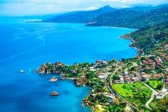 Cefalu, Сицилия, Италия: Обзор башни Caldura, башен прибрежных дозора расположенных на накидке Caldura около гавани Presidiana стоковое фото
