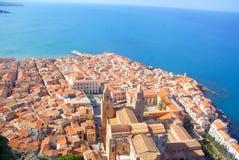 Cefalu con el mar Mediterráneo Foto de archivo libre de regalías