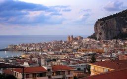 Cefalu dans le coucher du soleil, Sicile Photo stock