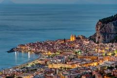 Cefalu en Sicilia en el amanecer Foto de archivo libre de regalías
