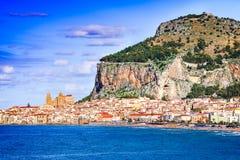 Cefalu Ligurian hav, Italien, Sicilien fotografering för bildbyråer