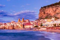 Cefalu Ligurian hav, Italien, Sicilien arkivfoton