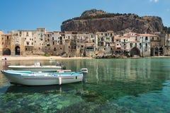 Cefalu oude stad en haven met stadsstrand en duidelijke overzees in Sicilië Stock Fotografie