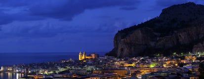 Cefalu in schemering, Sicilië Stock Foto's