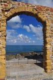 Cefalu, Sizilien, Italien Steinbogentor, Mittelmeeransicht Stockfotografie