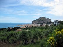Cefalu une ville rocheuse et pittoresque sur l'île de la Sicile, Italie photographie stock