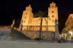 Cefalukathedraal bij nacht in Sicilië stock afbeelding