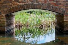 Cegły łuk nad ogródu wody cechą Obraz Stock