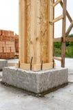 Cegły budowy domowy pojęcie Zakończenie w górę pionowo fotografii budynku poparcia element z drewnianym kolumny i betonu formwork obraz royalty free