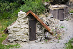 Cegły chałupa z przesklepionym sufitem obok drewnianej składowej chałupy Fotografia Royalty Free