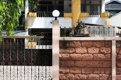 Cegły i żelaza ściana w Bangkok zdjęcia stock