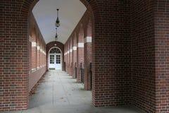 Cegły i kamienia korytarz z łukowatymi drzwiami Obrazy Stock