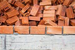 Cegły z mokrą warstwą betonują w budowie, winieta Fotografia Stock