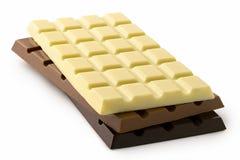 Cegiełki biel, mleko i zmrok czekolada na górze each inny odizolowywającego na bielu, zdjęcia royalty free