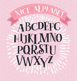 Cegiełki serif chrzcielnica w dziejowym stylu na brushstrokes tle Dla tytułów i logów ilustracji